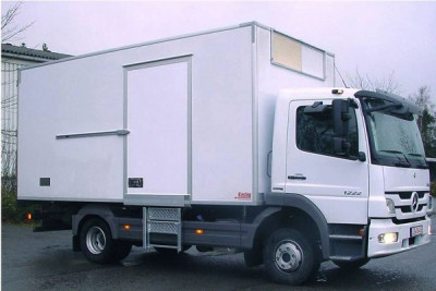 Refrigerated truck with swing door hinges